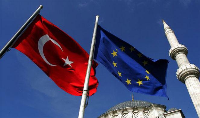 Флаги Турции и Евросоюза
